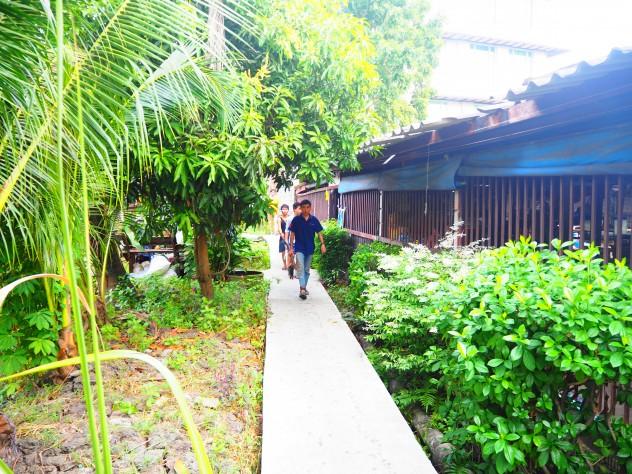 คนทยอยเดินเข้าออกเช้ายันบ่าย
