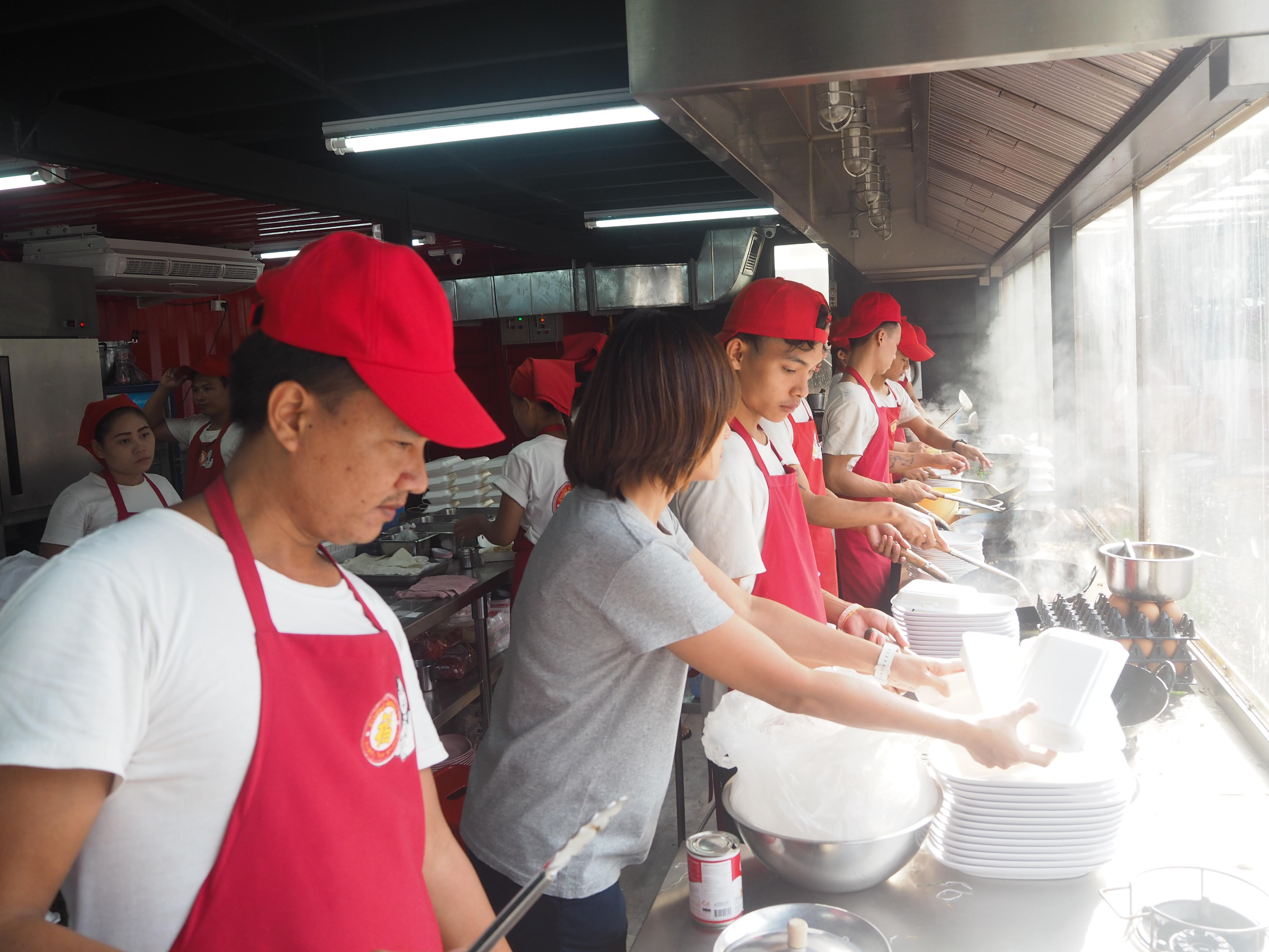 พนักงาน ร้านอาหาร ข้าวผัดปูเมืองทอง
